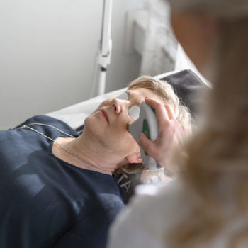 Behandling med laser i ansikte