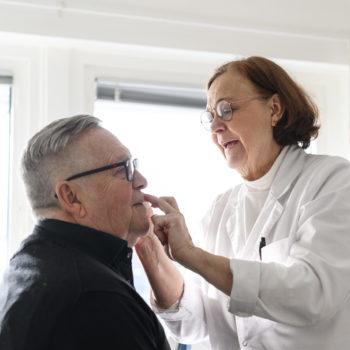 Patient blir undersökt av hudläkare